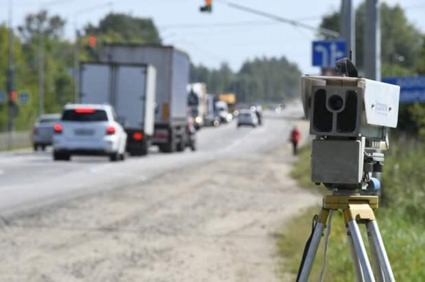 Анекдот: Перекресток. По нему на скорости 150 км/час прямо на красный свет проезжает старенькая шестерка