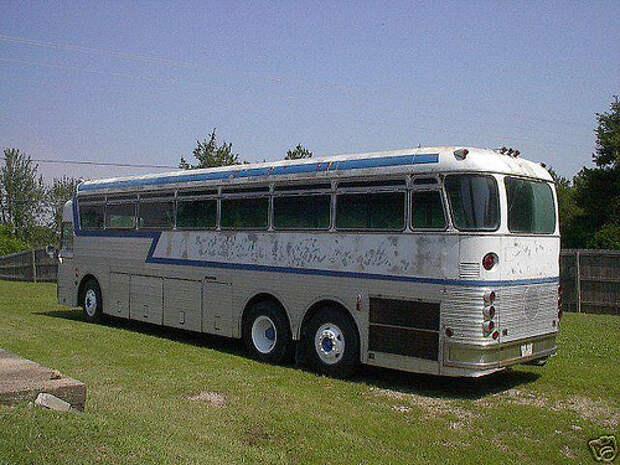 01 Eagle Bus in Field