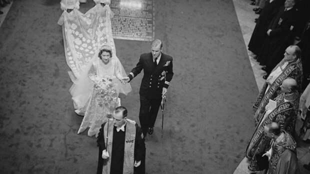 Вырос мой цветочек: дамский роман о свадебном платье Елизаветы II