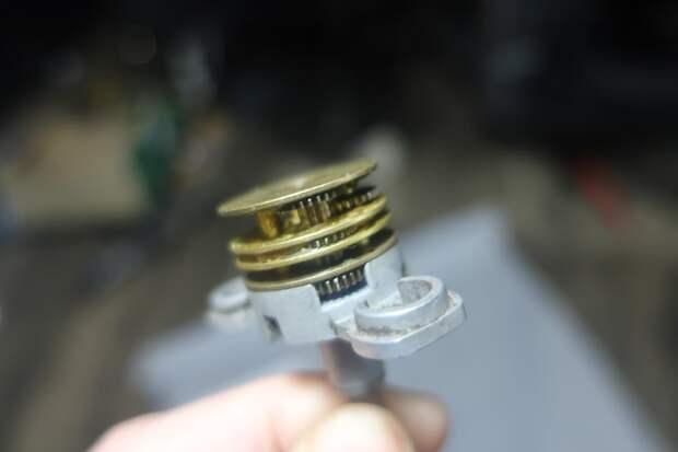 основание и корпус, а также все детали редуктора из металла