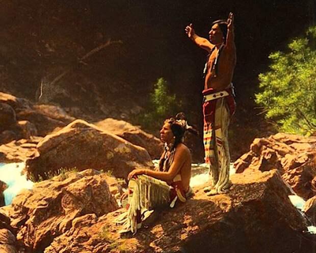 Мужчины племени пиеган, молящиеся Громовой птице у реки в штате Монтана, 1912 год.