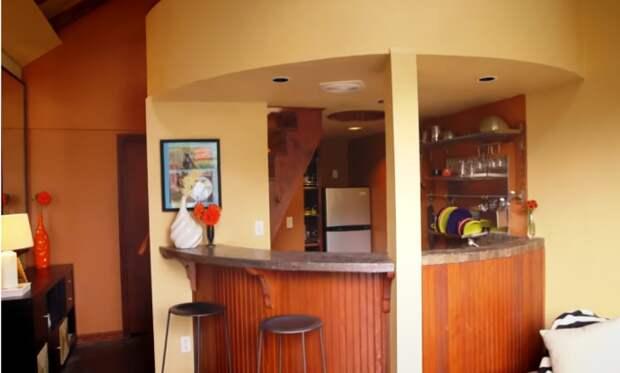 Полноценную кухню Мартин спрятал за барной стойкой. | Фото: youtube.com.