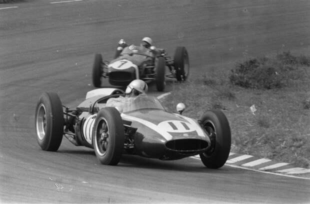 Гран При Голландии '60. Джек Брэбэм (#11, Cooper T53 Climax) борется со Стирлингом Моссом (#7, Lotus 18 Climax). авто, автогонки, автоистория, автомир, автомобили, автоспорт, гонки, формула 1