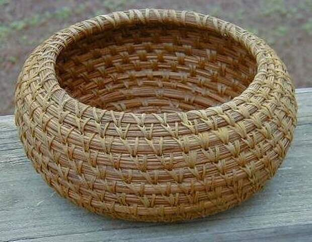 Плетение корзин из... сосновых иголок.
