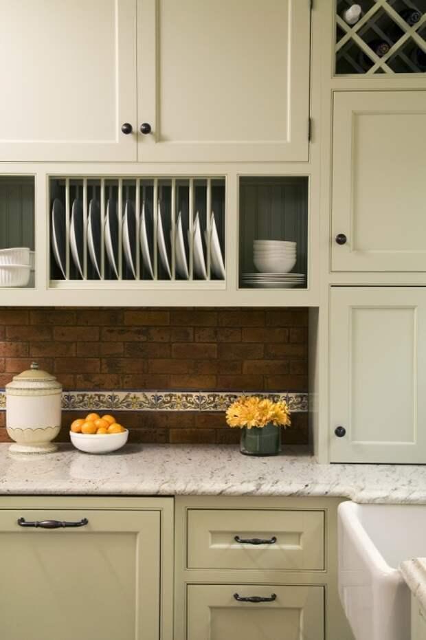 Встроенный стеллаж для посуды — актуальное решение для современной кухни. /Фото: creativekb.com