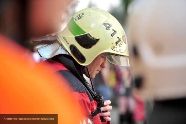 Пожарные тушат двухкомнатную квартиру на Беринговом проезде в Москве