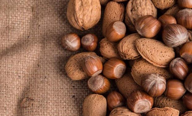 6 важных продуктов для людей за 30 лет. Орехи, чернослив и лук