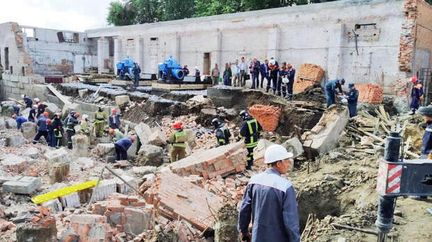 Под завалами обрушившегося здания в Новосибирске могут быть 12 человек