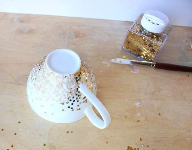 Как декорировать чашку золотыми конфетти