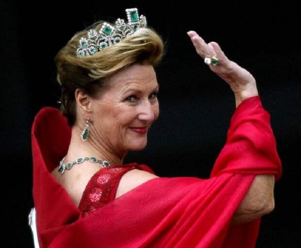 Королева Норвегии Соня в изумрудной тиаре  Жозефины
