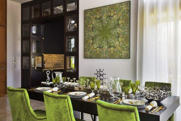 картина и стулья в оливковых тонах