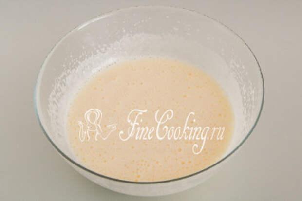 Взбиваем яйца с сахаром с помощью миксера, венчика или просто вилки, чтобы сладкие кристаллики растворились