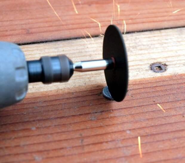 На шляпке со стершимися пазами можно сделать насечку для отвертки. /Фото: i.stack.imgur.com