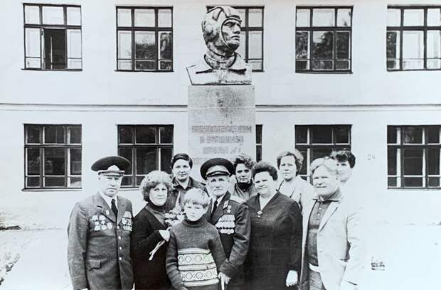 Степан Неустроев (в центре) в 1985-м, когда приехал навестить родную школу №1 в Березовском. На снимке слева также запечатлен Николай Мосин, который тоже участвовал в штурме Рейхстага. Фото: предоставлено Мариной Степченковой