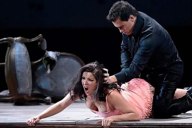 Секс-скандалы в опере: Касьян обнажила «тылы» для мужского глянца, а Максакова разделась в соцсетях