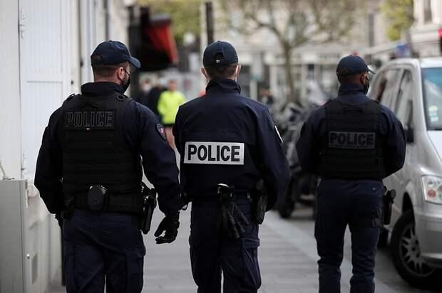 Во Франции женщина напала с ножом на полицейских