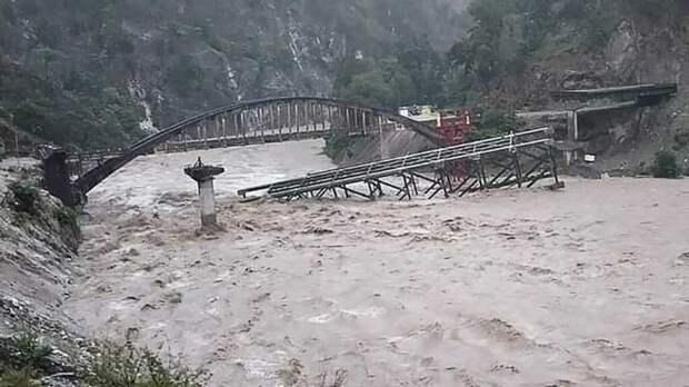 Свыше 100 человек погибло в результате сильных наводнений и оползней в Индии и Непале