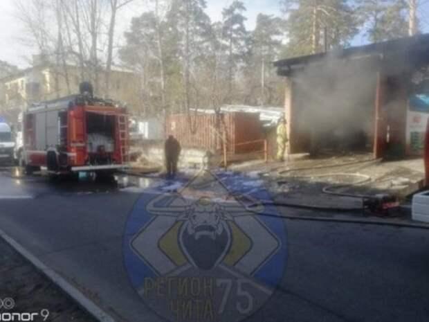 Читинец попал в больницу с ожогами ног после пожара в автотехцентре