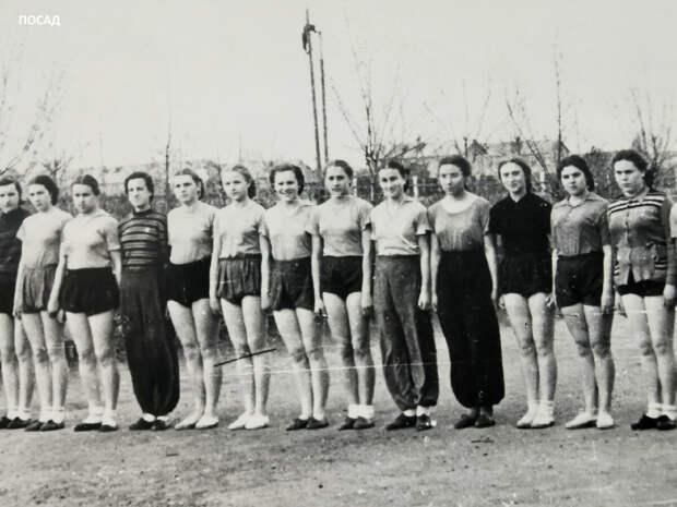 Фото из семейного архива. 50-е годы спортивные трусы-парашюты ещё прочно удерживают позиции. Не всем, правда, они идут.