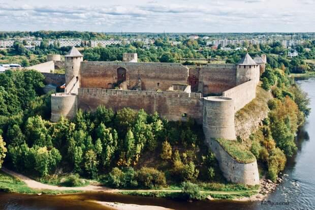 Крепость Ивангород, построенный в 1500 году  на Нарве был противовесом замка Хермансбург Ливонского Ордена на другом берегу. Два бастиона европейского образца  защищали границу и стояли напротив друг друга