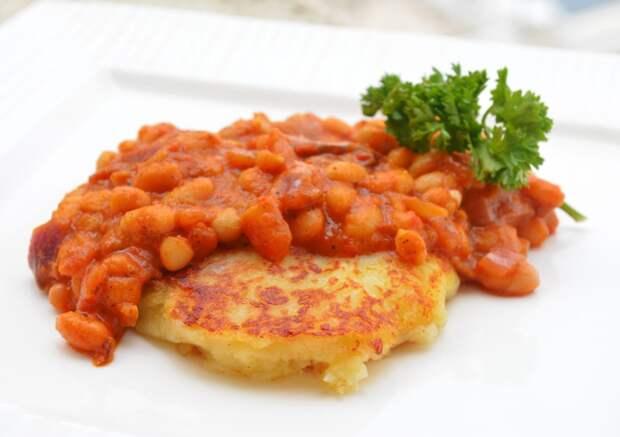 Бобы барбекю с картофельным пюре: рецепт бюджетного блюда