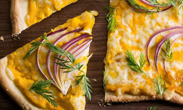 Морковная пицца за 15 минут: запекаем с сыром и красным луком