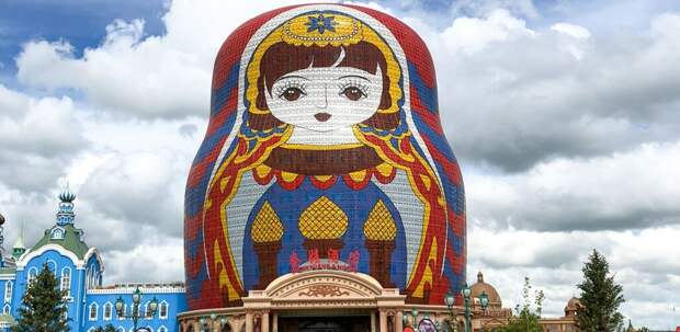 Церковь в форме скрипки, дом «вверх ногами» и гостиница в виде матрешки в списке «самых уродливых» зданий Китая