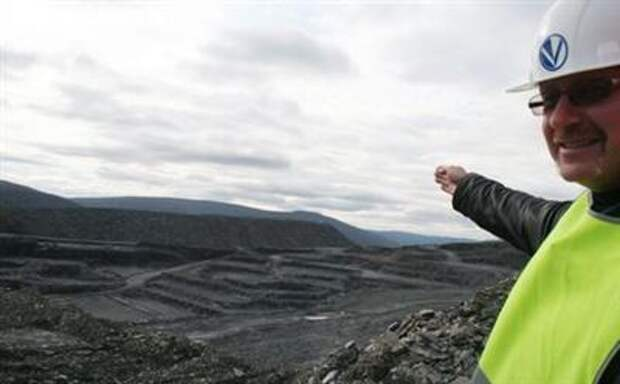 Alexander Tuluptsov, a senior engineer at GV Gold, points at the open pit at the company's Golets Vysochaishy mine in eastern Siberia September 28, 2012. REUTERS/Clara Ferreira Marques