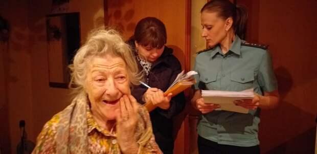 Приставы забрали у 92-летней бабушки-ветерана телевизор из-за долгов внучки