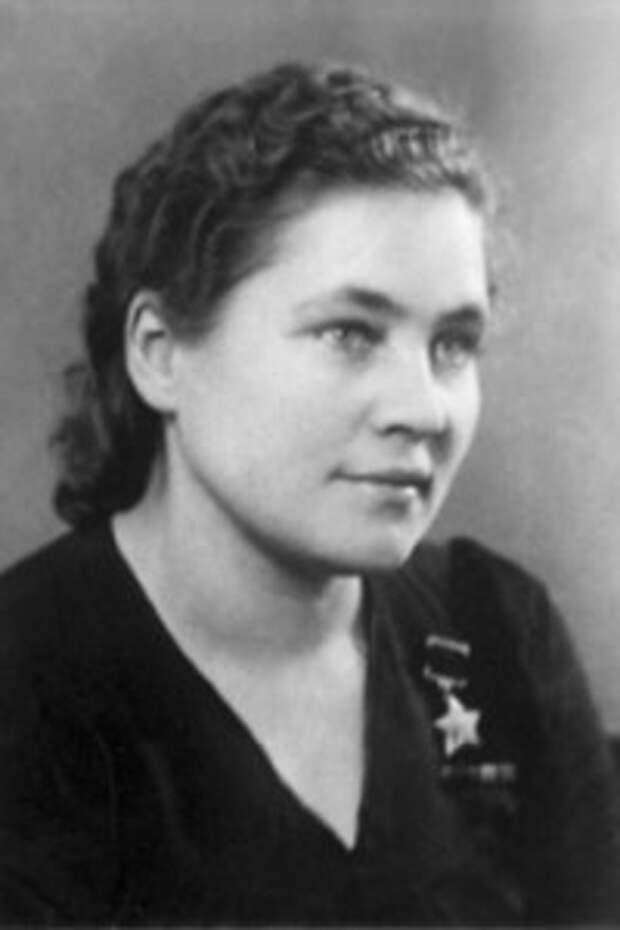 Анна Ивановна Масловская партизанка, подпольщица. После войны стала приёмной матерью для пятнадцати детей-сирот