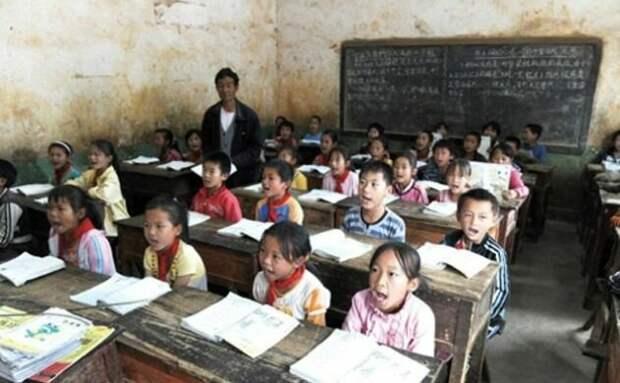 А вот в таких ужасных хоромах учатся дети китайцев, зарабатывающих 900 долларов в месяц