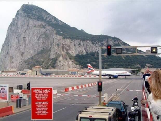 Аэропорт в Гибралтаре (10 фото)