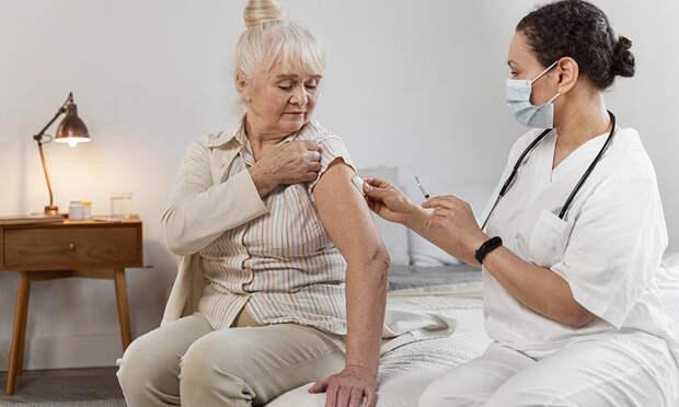 Прививка от ковида пожилым людям. 7 частых вопросов и ответы врачей