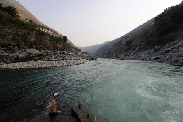 Все цвета грязи: как индийцы убивают священную реку Ганг