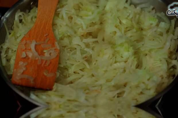 Луковый пирог с куриными яйцами и сыром в духовке: фото шаг 5
