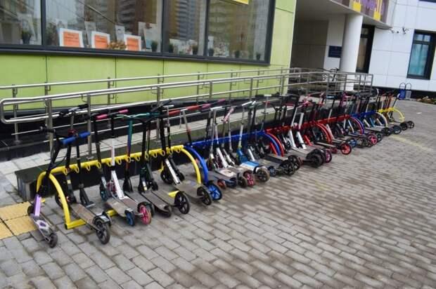 У входа в «Перспективу» сделали парковку для самокатов и велосипедов