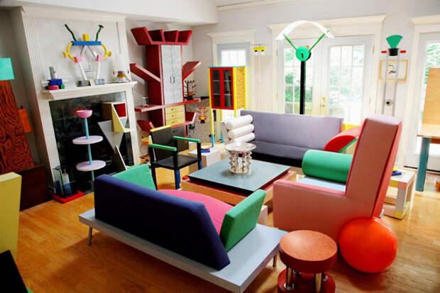 Комната, полная мебели в стиле группы Мемфис.
