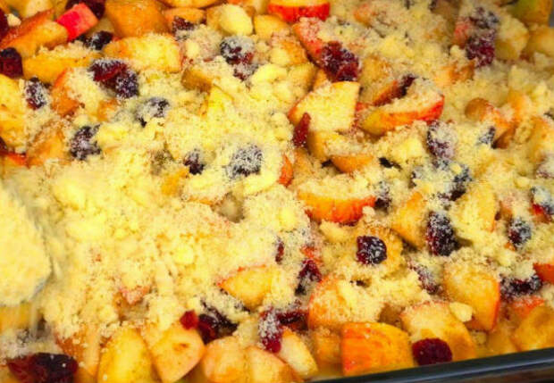 Десерт из яблок за считанные минуты: сочная начинка под хрустящей крошкой