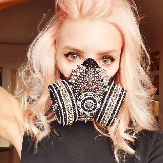 9 фото людей, которые при помощи масок превратили карантин в карнавал