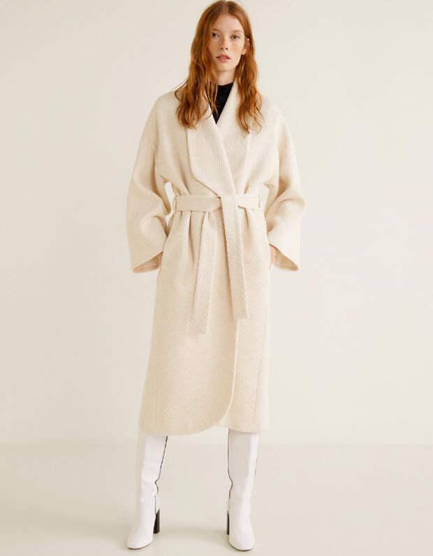 Модель в классическом белом пальто с поясом