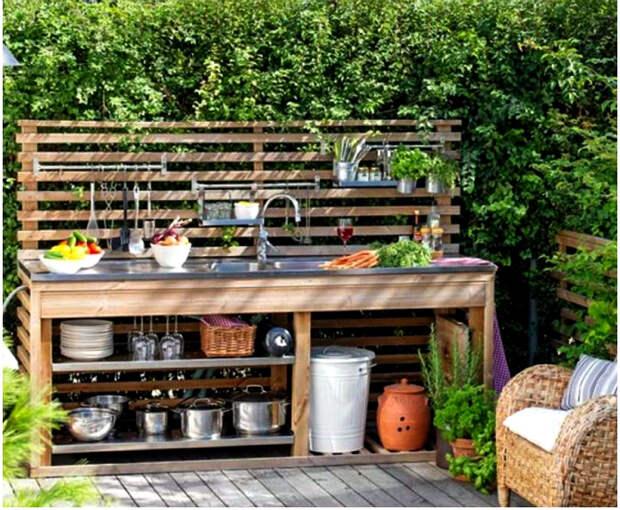 Летняя кухня из досок.   Фото: Pinterest.