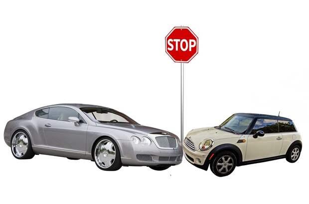Машина каршеринга влетела в дорожный знак на Красноармейской