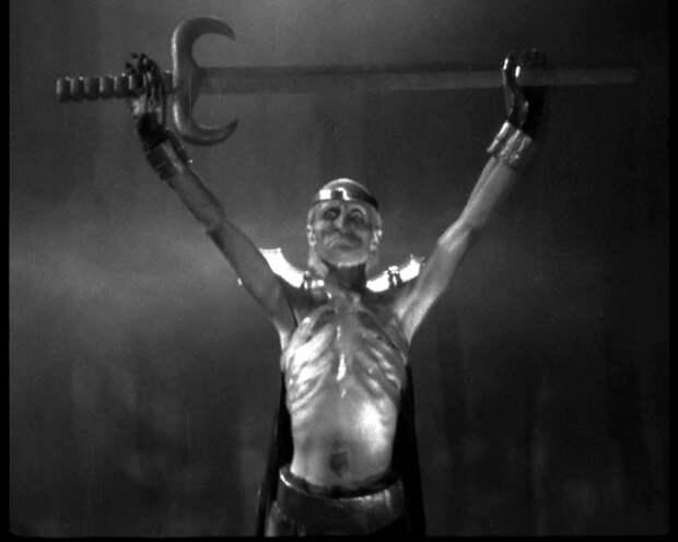 Почему Кощей Бессмертный всегда вооружен именно двуручным мечом?