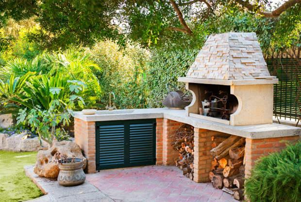 Угловая кухня из кирпича.  Фото: Сад и огород.