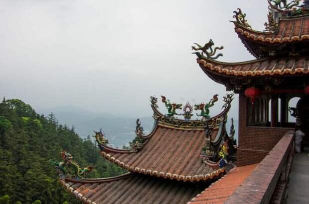 Согласно легенде, изогнутую крышу придумал крестьянин для защиты дома от драконов / Фото: chaline.ru