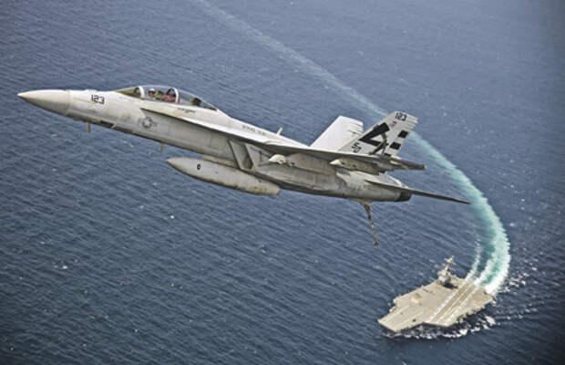 F/A-18F «Супер Хорнет» из состава 23-й испытательной эскадрильи, пилотируемый лейтенант-коммандером Д. Страком, совершает первый взлет с палубы авианосца «Джеральд Р. Форд» с использованием электромагнитной катапульты. Фото со страницы ВМС США в Flickr