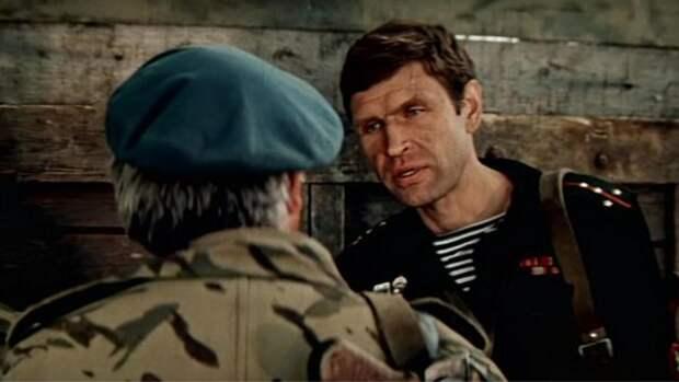 Советские морпехи настолько суровы, что командиром у них Вадим Спиридонов -- талантливый актер с мощной отрицательной харизмой. Это был интересный ход -- столкнуть ледяную харизму Спиридонова с раздолбайским мальчишеским обаянием Галкина -- и он себя оправдал. Смотреть на их противостояние действительно интересно. Словно у лейтенанта Тарасова кроме символического отца (прапорщик Валентир) появился еще и символический старший брат.