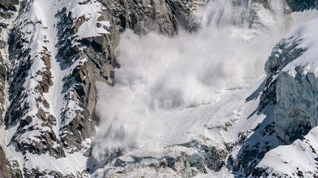 Два лыжника погибли при сходе лавины в Швейцарии