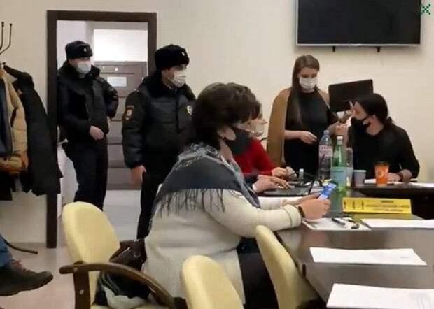 Депутат из Петербурга порвал портрет Путина