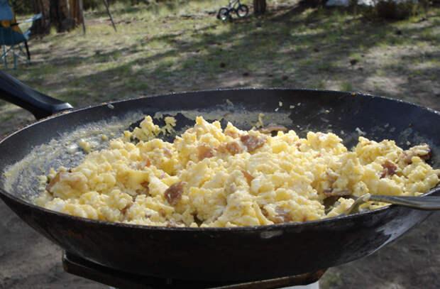 Взбалтываем яйца со сливками: сочный завтрак за 3 минуты